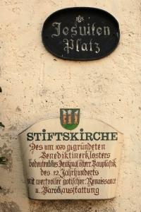Tafel an der Stiftskirche